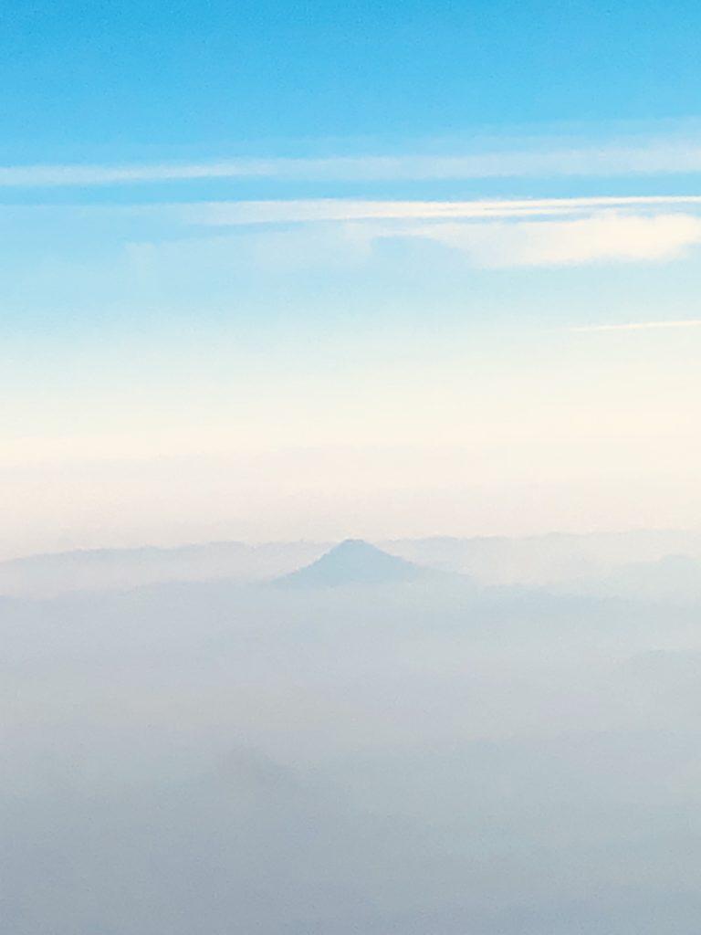 上空に浮かび上がった頂き Photo by Yasuyo Watanabe